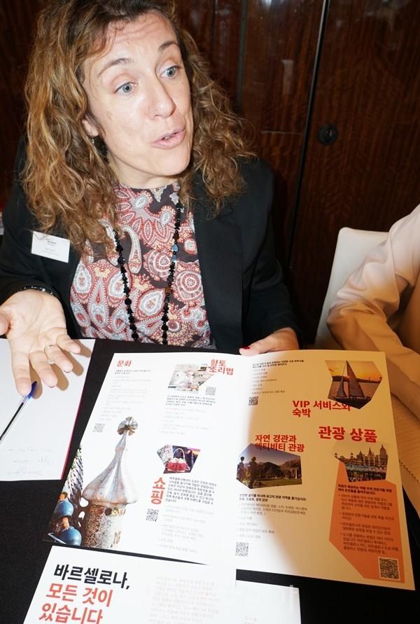 바로셀로나관광청 에바 카민스(Eva Camins)가 B2B워크숍에서 한국 여행업 관계자에게 바로셀로나 최신 관광정보를 소개하고 있다.